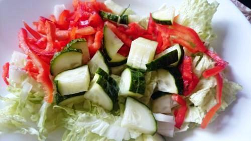 Салат из капусты, перца болгарского и огурца