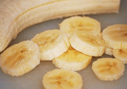 очистить и порезать банан