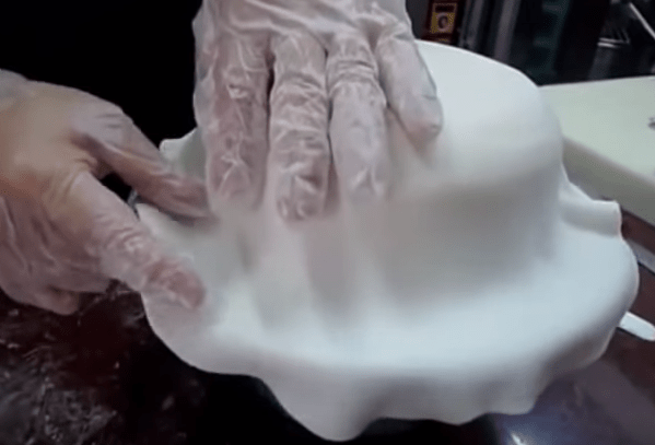 расправьте мастику руками