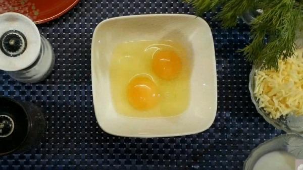 omlet-na-skovorode-s-vetchinoj-i-syrom4