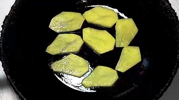 omlet-s-kartoshkoj-na-skovorode6