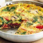 Омлет с шампиньонами, помидорами и сыром на сковороде