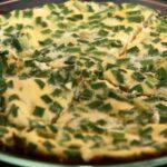 Омлет с солёными огурцами, сыром и зеленым луком на сковороде