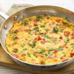 Простой омлет с ветчиной и помидорами на сковороде