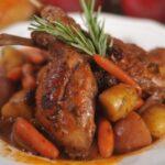 Тушеный заяц с картошкой, луком и помидорами в казане