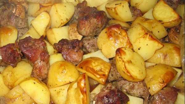 Мясо с грибами и картошкой в духовке в рукаве