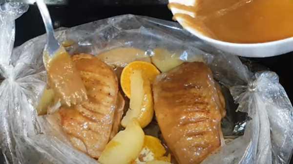 Утиная грудка с яблоками в духовке в рукаве