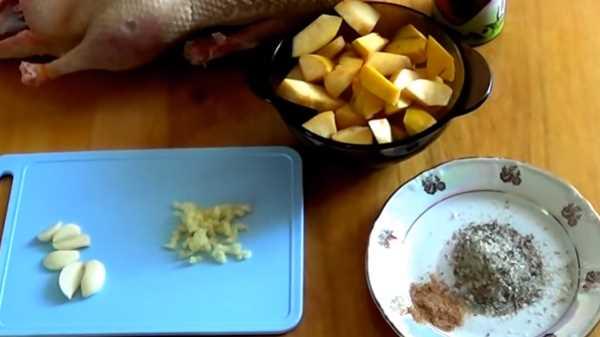 Утка с айвой в духовке в рукаве