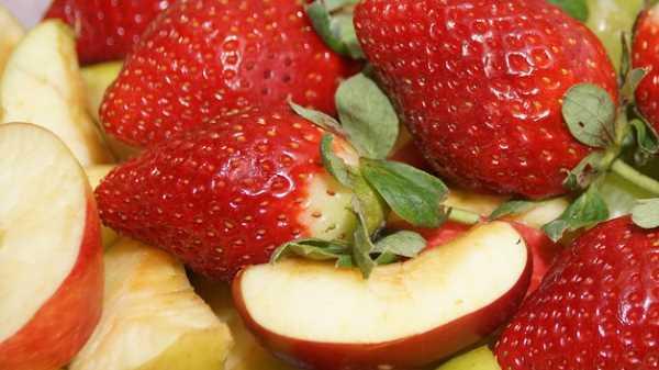 клубника и яблоки