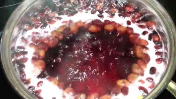 Как и сколько варить компот из жимолости
