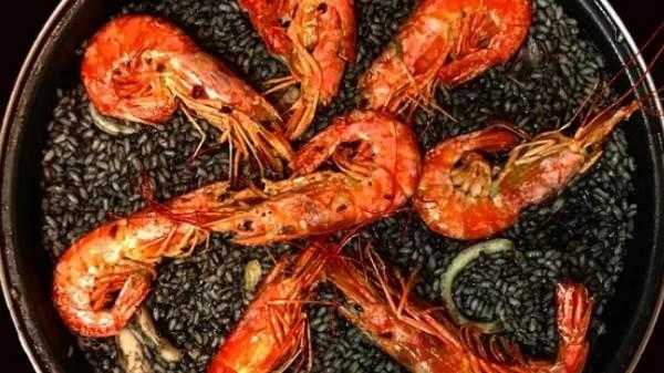 Как приготовить черный рис с морепродуктами и овощами